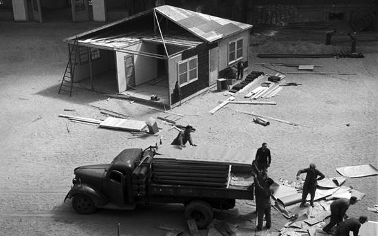 Montage de la maison américaine City Lumber 16 au Grand Palais,  Exposition des techniques américaines de l'habitation et de l'urbanisme en 1946 Crédits : Photothèque du METL, MEDDE