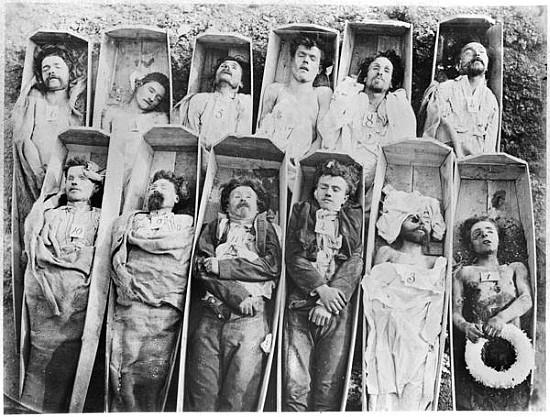 Cadavres de Communards - 1871 (photo prise par André Adolphe Eugène Disderi)