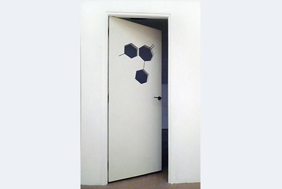 Jeanne Susplugas, Door of serenity, 2010, 204x73 cm, bois, poignée, cuir blanc)