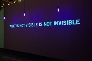 Installation Encre invisible, lumière UV, détecteur de présence Dimensions variables