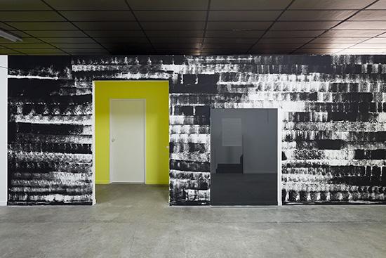 """""""zone de ralentissement"""" acrylique, verre, feutrine. 2015./ Centre d'art le BBB Toulouse   © photo Y.Gozard"""